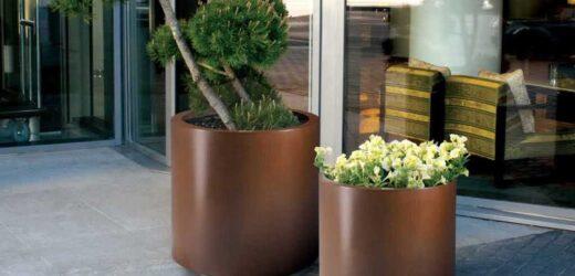 Niekonwencjonalne donice ogrodowe z cortenu na zewnątrz